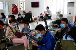 Người dân Nghệ An bịt kín khẩu trang khi đến nhà ga, sân bay tránh Corona