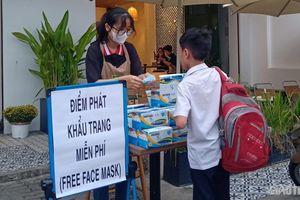Dịch Corona: 'Cháy' khẩu trang, nhiều người bỏ tiền túi mua phát miễn phí