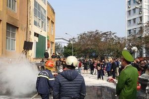 Hà Nội: Cháy ô tô cạnh tòa nhà chung cư nhiều người chạy tán loạn