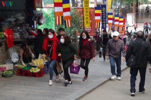 Du khách đeo khẩu trang phòng virus corona khi trẩy hội Chùa Hương