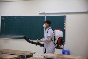 Mục kích phun thuốc khử trùng các trường học Hà Nội