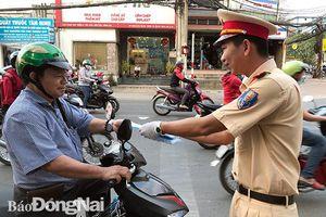 Đội Cảnh sát giao thông TP.Biên Hòa tặng khẩu trang cho người đi đường