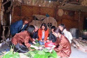 Khách nước ngoài trải nghiệm Tết trên đất Việt
