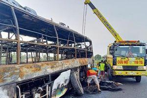 Xe giường nằm cháy rụi trên cao tốc, nhiều hành khách thoát chết