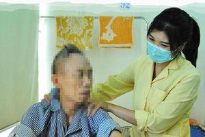 Nhọc nhằn nghề 'ô sin' bệnh viện