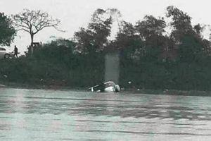 Xe 7 chỗ trôi xuống sông khi qua phà, 1 người chết ngạt trong xe