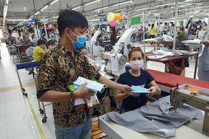 May Nhà Bè cấp phát 4.000 khẩu trang miễn phí cho công nhân