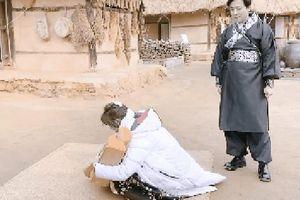 Dàn sao Bố Già bỗng đồng loạt 'ném gỗ lên trời' trong vlog mới của Hari Won, hóa ra là chơi một trò bói đặc biệt của Hàn Quốc
