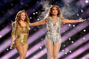 Shakira và Jennifer Lopez bị chỉ trích mặc quá hở, biểu diễn gợi dục