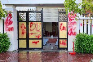 Biệt thự của giám thị trại giam ở Phú Yên bị tạt sơn, chất bẩn