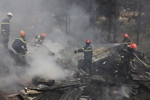 Cháy nhà sát rừng thông, hai trẻ may mắn thoát nạn