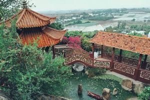 Cảm hóa cặp đôi mãng xà bằng kinh phật ở chùa Hang