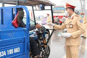 CSGT Phú Thọ phát khẩu trang cho người dân phòng dịch Corona