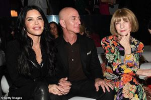 Tỷ phú Amazon tay trong tay không rời bạn gái 50 tuổi ở show Tom Ford