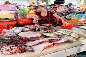 Xử lý nữ tiểu thương xẻ thịt rùa xanh bán ở chợ