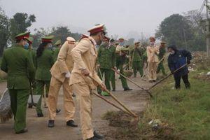 Công an thành phố Ninh Bình phối hợp thực hiện chung tay bảo đảm trật tự đô thị, vệ sinh môi trường
