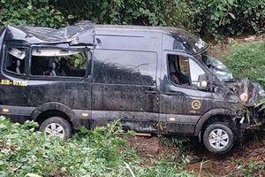 Xe Limousine chở 8 người lao xuống vực sâu gần 10m ở Bình Định