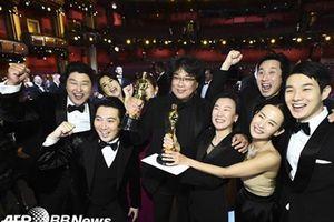 Park Seo Joon, Gong Hyo Jin cùng loạt sao Hàn chúc mừng 'Ký sinh trùng' thắng 4 giải tại 'Oscar 2020'