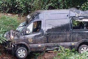 Nhiều hành khách bị thương vì ôtô lao xuống vực