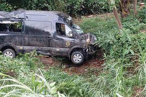 Xe Limousine lao xuống vực, 2 người bị thương