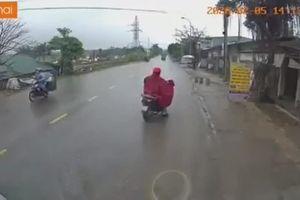 Người phụ nữ lạng lách đầy mạo hiểm trước mũi xe tải