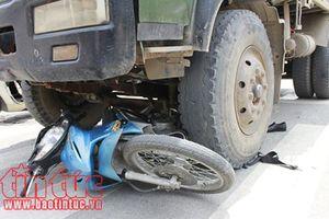 Xe máy va chạm xe tải cùng chiều làm 2 người tử vong