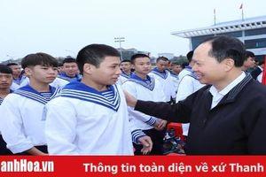 Bí thư Tỉnh ủy, Chủ tịch HĐND tỉnh Trịnh Văn Chiến dự và động viên thanh niên huyện Hoằng Hóa lên đường nhập ngũ