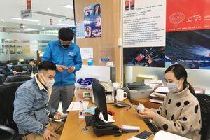 Nhân viên kín bưng khẩu trang, hạn chế bắt tay khi làm việc trong mùa dịch