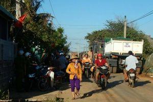Dân bức xúc chặn xe chở vật liệu vào dự án lấn biển ở Bình Thuận
