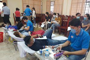300 người hiến máu tình nguyện