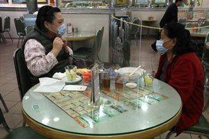 Lo sợ nhiễm Covid-19, nhà hàng Hong Kong đặt tấm chắn trên bàn ăn cho khách