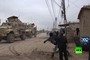 Đoàn xe quân sự Mỹ hứng 'mưa' đá từ hàng chục người dân Syria