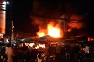 Cháy rụi 6 ki ốt tại chợ vào lúc 1 giờ sáng