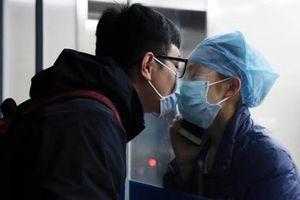 Trung Quốc trong ngày Valentine: Nụ hôn qua cửa kính, khẩu trang