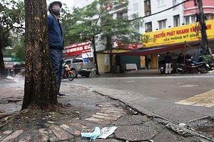 Bộ Y tế đề nghị xử lý nghiêm hành vi vứt khẩu trang y tế ra vỉa hè, đường phố