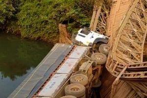 Gia Lai: Xe tải làm sập cầu rồi đổ xuống suối