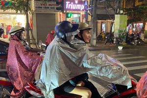 Các cặp đôi đi chơi tối Valentine trong lất phất mưa phùn ở Hà Nội