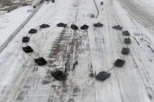 Lính Nga dùng 16 xe tăng để cầu hôn với bạn gái