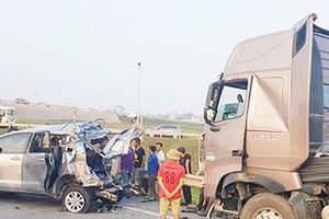 Phạt tù 2 bị cáo trong vụ xe Innova lùi trên cao tốc gây tai nạn