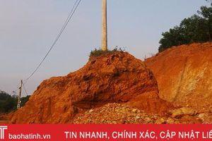 Hà Tĩnh: Nhà thầu múc đất làm đường, dãy cột điện nguy cơ đổ sập!