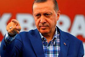 Tổng thống Erdogan đang phô diễn cơ bắp chống lại cả Syria và Nga