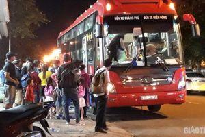 Cận cảnh xe khách vô tư chạy vào đường cấm, lập 'bến cóc' giữa nội thị