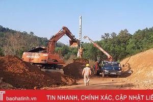 Sau phản ánh của Báo Hà Tĩnh, nhà thầu di dời cột điện 'cheo leo' ở Đức Lạng