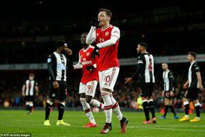 Premier League: Tottenham ngược dòng, Arsenal thắng 'hủy diệt'