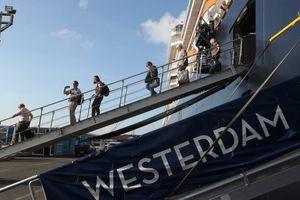 Hơn 1.000 hành khách du thuyền MS Westerdam cập cảng Campuchia tản ra 3 châu lục