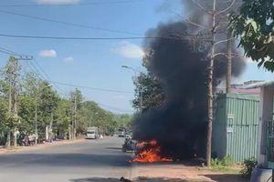 Bình Dương: Xe ô tô bốc cháy ngùn ngụt giữa đường