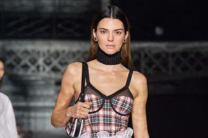 Ngày lạnh giá, Kendall Jenner diện áo corset gợi cảm lên sàn diễn