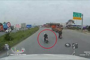 Thót tim với pha xử lý của tài xế container khi tránh người đi xe máy