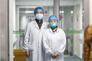 Những đôi vợ chồng bác sĩ cùng chiến đấu với corona
