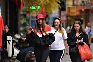 Hà Nội: Du khách phương Tây 'hờ hững' khẩu trang, tận hưởng sắc Xuân dạo phố